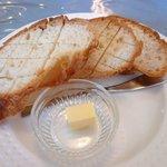 洋食舎けやき - チキンの方のパン