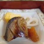 62601479 - 鰤の生姜焼き、玉子焼き、酢蓮、杏子の盛合せアップ