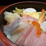 壱岐寿司 - ◆上ちらし(2000円:外税)「大トロ」「サヨリ」「タイラギ」「鮃」「海老」玉子焼き」などが盛られています。