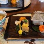 趣向料理 松風 - 前八寸 揚げごま豆腐 茶振りナマコ サーモンの手毬風のお鮨 菊花蕪 うなぎの八幡巻 子持ち昆布等