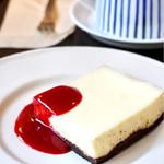 オキーフ - チーズケーキ ラズベリーソースが良く合います