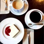 62610726 - 看板商品のチーズケーキ                       カフェオーレ、ホットコーヒー