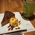 ナナズ・グリーンティー - きなこガトーショコラセット 918円