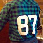 肉焼屋ワイン部 ジャストMEAT  - 夏季はTシャツだったが、冬季は(私の好きな)チェックのシャツに変わるようだ。(モデルはあおちゃん)