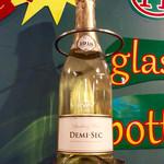 肉焼屋ワイン部 ジャストMEAT  - KWV Demi-Secのボトル。本物が壁にサンプルとして並んでいるのがこの店の特徴。