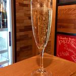 肉焼屋ワイン部 ジャストMEAT  - 「KWV Demi-Sec」(スパークリングワイン)。