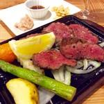 肉焼屋ワイン部 ジャストMEAT  - 「ステーキ盛り(たん元)」。無理を言ってハーフにしてもらった。通常は100g。
