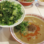 博多拉担麺まるたん 天神店 - デフォルトの拉担麺は500円です。トッピングネギ200円を足して、 どっかんネギらーたんめん700円。