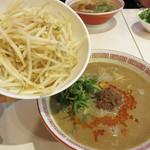 博多拉担麺まるたん 天神店 - トッピングもやし100円を足して、 もやしらーたんめん600円。