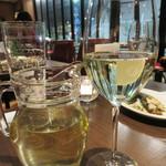 アペリティーボ - カラフェの白ワイン。