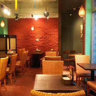ベトナムのカフェをイメージしたテーブル席