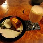 どじはうす - 自家製オレンジケーキとバナナジュース