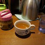 1ポンドのステーキハンバーグ タケル - まずは、水、スープ、特性のタレが卓上に置かれ