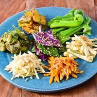 辺銀食堂 - 季節の島野菜ナムル盛り