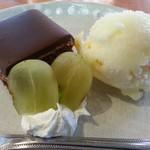 チャヤ ジャルディーノ シロヤマ - 柚子のジェラート(シャーベット)、葡萄(シャインマスカット?)、ザッハトルテの様なチョコレートケーキ