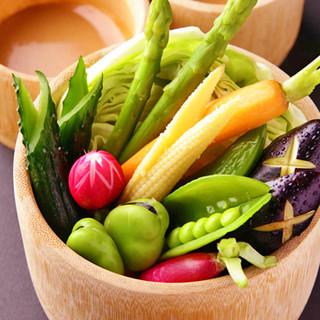 女性に大人気!たっぷり野菜の京風バーニャカウダを召し上がれ。