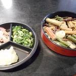 禅風亭なゝ番 - 薬味。左(大根おろし、ミョウガ、青ネギ)、右(山菜とナメコ)