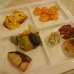 レストラン白根 - グラタンのようなもの、海老チリ、鶏唐揚げ、焼売、焼きまんじゅう、煮物、ブリ