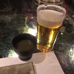 62682988 - 【2017年01月】生で乾杯、黒い器はお通し⁉️の鳥のスープ、イケてました(^^)