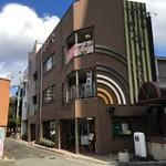 津ミートカシワギ - お店前と線路先に駐車場有  一階が精肉店、二階が食事処