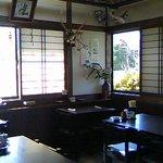 申子庵 - 平日12時過ぎると、テーブルもけっこう満席になっていました♪