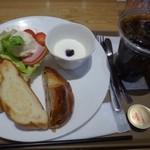 神戸屋ブレッズ - 400円(税込)のモーニングを選び、パンは3種類チョイスしました。1切れは小さ目。