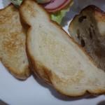 神戸屋ブレッズ - パンは「レーズンパン」「米粉パン」「ライ麦パン」を選びましたが、一切れが小さいので私でも頂ける量。