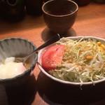 串の坊 - ランチについてくるキャベツのサラダと温泉卵