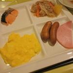 レストラン白根 - 鮭塩焼き、肉じゃが、ソーセージ、ロースハム、スクランブルエッグ