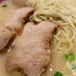 ラーメンZikon - チャーシュー&麺のアップ。