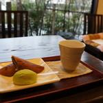 大乃 いづみ屋 - 料理写真:銘菓「早瀬の鮎」とうぐいす餅をお茶のサービスでいただきます(2017.2.17)