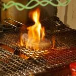 チャコール バルジュ - 肉を焼いています