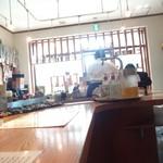 東京担担麺本舗 ゴマ屋 - 明るい日差しが眩しい位