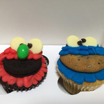 ミスタージョーンズ オーファネージ - カップケーキ《クッキーモンスター》&《エルモ》