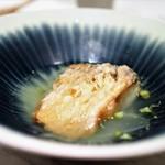 62754417 - 甘鯛のうろこ揚げ 甘鯛の出汁を使ったコンソメスープ仕立て