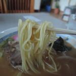 カクモト中華そば - 麺は太めの中細麺ストレート麺、加水率は中高級
