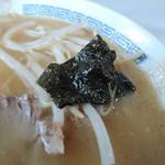 カクモト中華そば - 海苔。小さいながら、入っていることに意義がある!