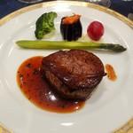 ホテルニューオータニ - 国産牛フィレ肉のフランベ 豊潤なトリュフソースにアスパラガスとカスレ