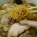 だるま亭 - 麺は中太ちぢれ麺