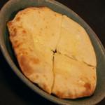 ネパール家庭料理 ホワイトヒマラヤ - チーズナン(550円)2017年2月