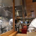 62773571 - 秋葉原魚金はオープンキッチンスタイルで臨場感満点。