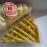パティスリー ペルス ネージュ - 料理写真:バラのバタークリームとアップルパイ