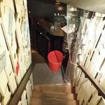 62783789 - ドアを開けると、階段が地下へと延びた!