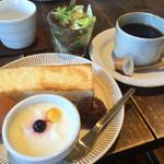 赤い屋根のカフェ テイクワン - 料理写真:オリジナルコーヒー400円とAの小倉トーストのモーニング