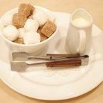 イル・ド・パスィオン - ランチコース 2200円 のミルク、角砂糖