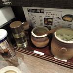 つけ麺隅田 - 卓上には魚粉や玉ねぎ