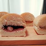 吉田パン - 左:さくらもち、右:黒豆きなこ