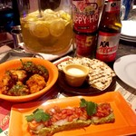 el caliente -modern mexicano- - 海老とアボカドのタルタル、カリフラワーとブロッコリーのフリット、チーズケサディラサワークリーム