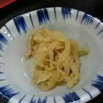 和麺房 久衛門 - かけそば(税込み490円)についてくる小鉢には、切り干し大根と油揚げの煮物