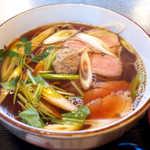 62821923 - 鴨肉4枚と鴨団子、たっぷりの長ねぎ。鴨団子は強烈な山椒風味で、面白いアクセントに